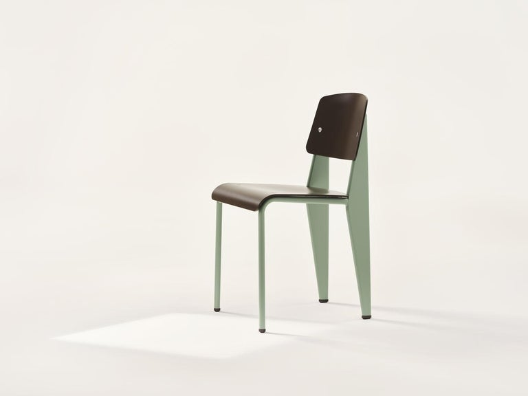 Chair designed by Jean Prouvé in 1934/50. Manufactured by Vitra, Switzerland.  The standard chair by Jean Prouvé has evolved into one of the most famous classics of the French 'constructeur'. The seat and backrest of this understated, iconic