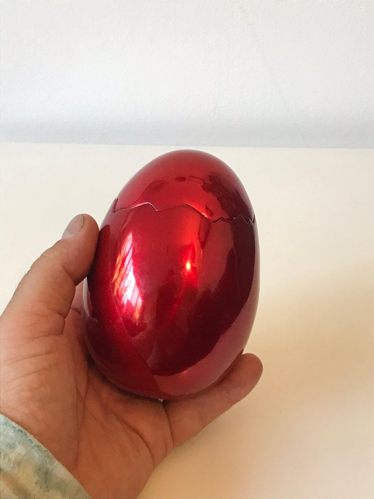 After Jeff Koons Small Cracked Egg Sculpture Invitation, 2008 In Excellent Condition In Los Angeles, CA