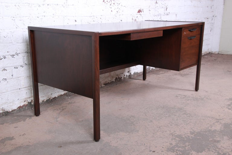 Jens Risom Mid-Century Modern Walnut Executive Desk, 1960s In Good Condition For Sale In South Bend, IN