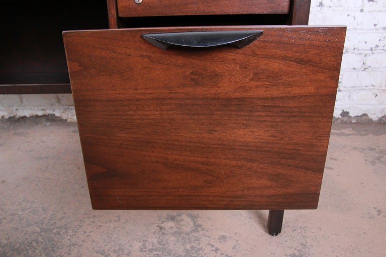 Jens Risom Mid-Century Modern Walnut Executive Desk, 1960s For Sale 3