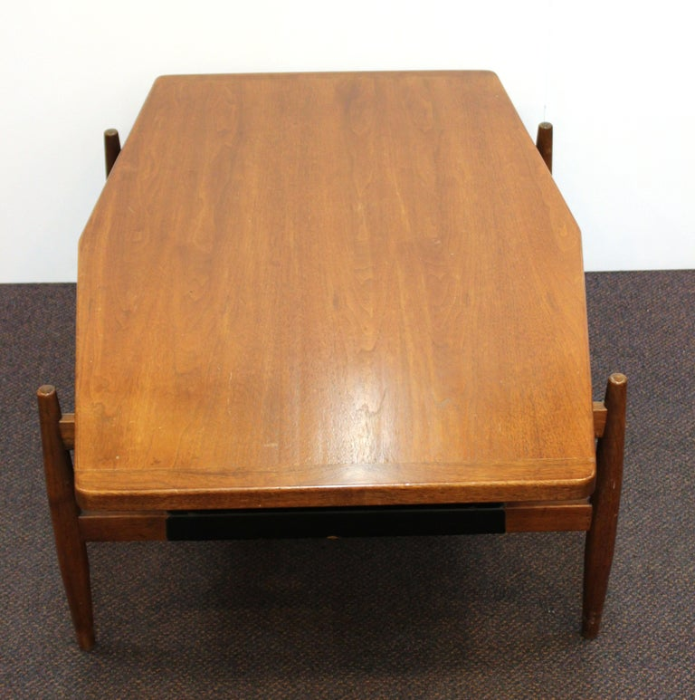 Jens Risom Mid-Century Modern Walnut and Leather Coffee Table For Sale 2