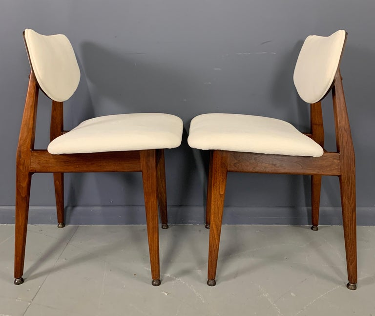 Jens Risom Midcentury Walnut Dining Chairs, a Set of Six In Good Condition For Sale In Philadelphia, PA