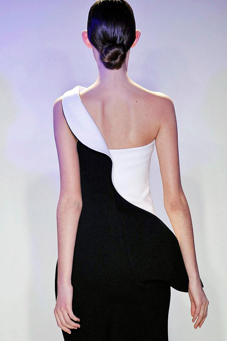 Jil Sander Runway J-Lo One Shoulder Sculptured Showstopper Dress Gown In Excellent Condition For Sale In Los Angeles, CA