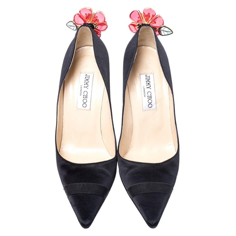 Jimmy Choo Black Satin Plastic Flower Clip Pointed Toe Pumps Size 37 In Good Condition For Sale In Dubai, Al Qouz 2