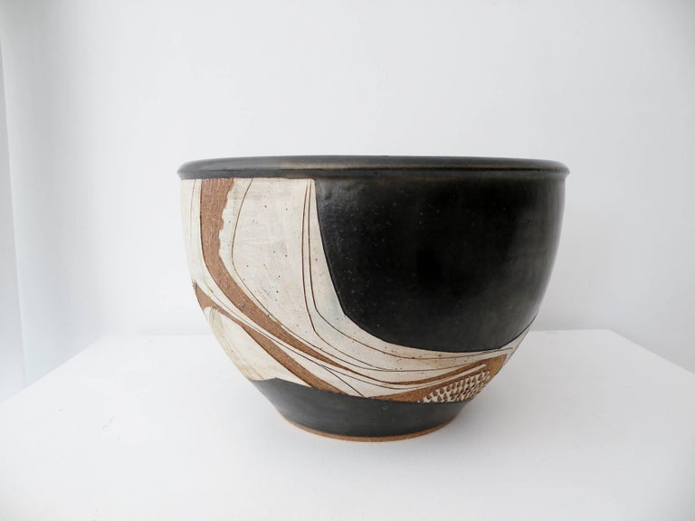 Large modernist ceramic bowl with an abstract carved sgraffito decoration by renowned California studio craft artisan Joel Edwards. Measures: Approx 14.25