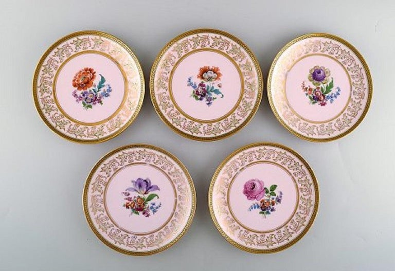 Johann Haviland Bavaria, Germany. 14 decorative plates in hand painted porcelain. Flowers on a pink background and gold decoration, 1930s. Measures: 19.5 cm. In very good condition. Stamped.