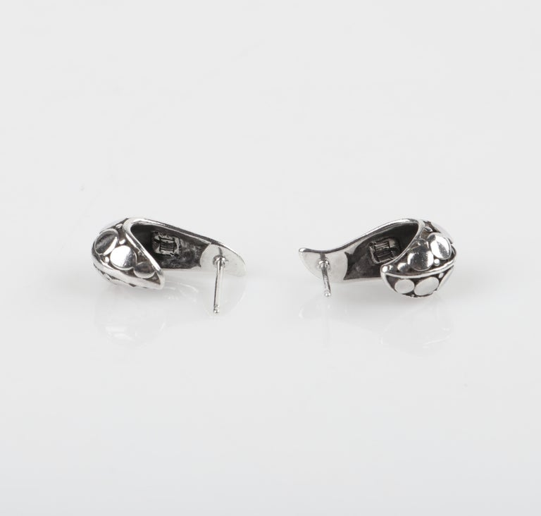 "JOHN HARDY ""Dot"" Silver Black Carved Geometric Circle J Hoop Pierced Earrings For Sale 3"