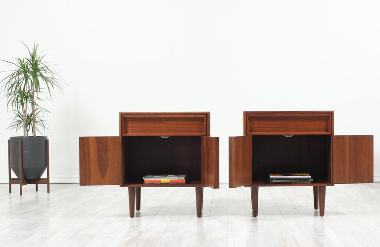 John Keal Walnut Nightstands for Brown Saltman In Excellent Condition For Sale In Los Angeles, CA