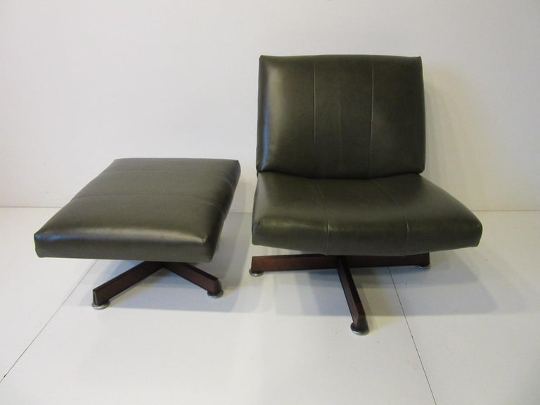Mid-Century Modern John Stuart Swiveling Leather Lounge Chair with Ottoman For Sale