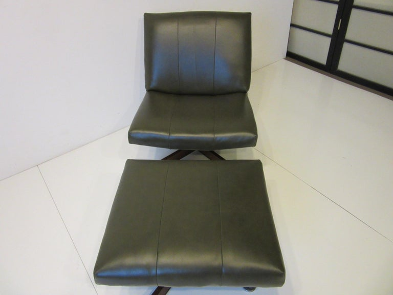 John Stuart Swiveling Leather Lounge Chair with Ottoman In Good Condition For Sale In Cincinnati, OH