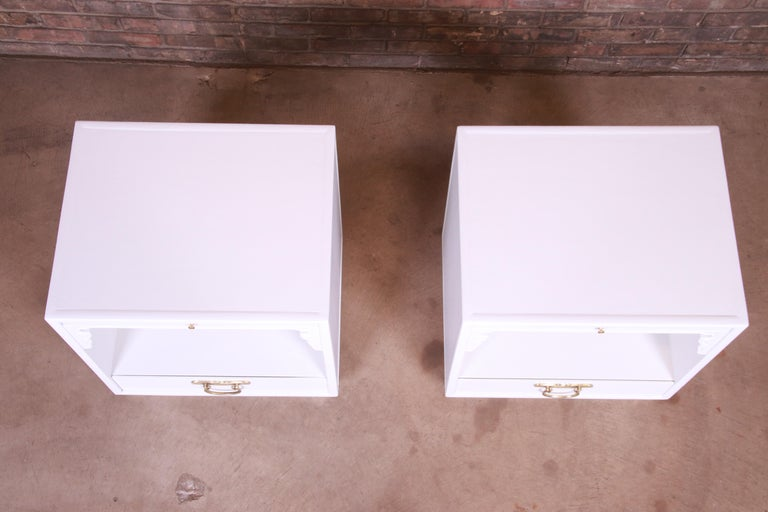 John Widdicomb Hollywood Regency Chinoiserie White Lacquered Nightstands, Pair For Sale 4