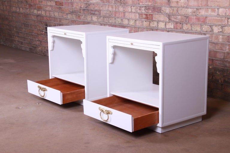 John Widdicomb Hollywood Regency Chinoiserie White Lacquered Nightstands, Pair In Good Condition For Sale In South Bend, IN