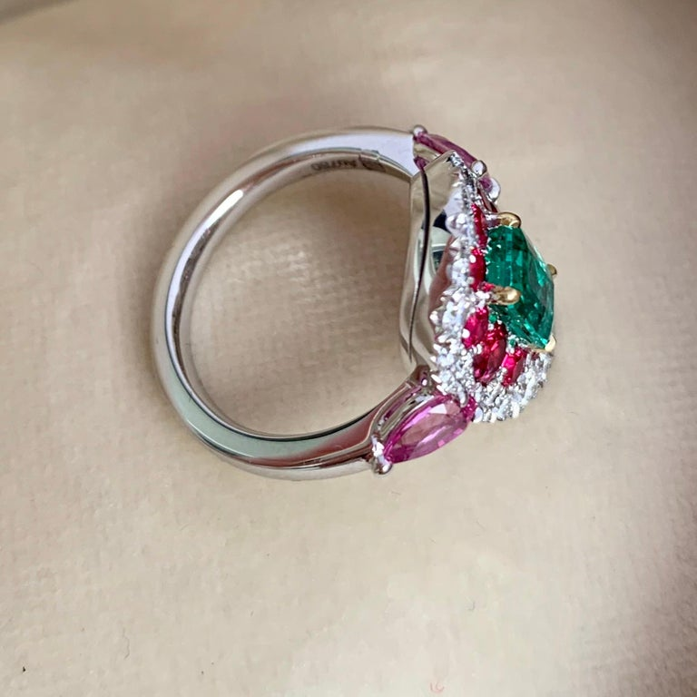 1.10 Carat Unoiled Emerald, Unheated Red Spinel and Pink Sapphire Ring In New Condition For Sale In Antwerp, BE