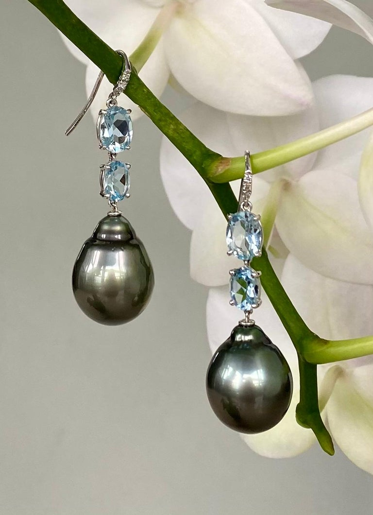 18 Karat White Gold Black Tahitian Pearl Aquamarine Diamond Drop Dangle Earrings In New Condition For Sale In New York, NY