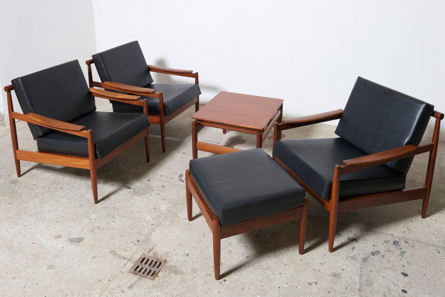 https://a.1stdibscdn.com/jos-de-mey-livingroom-set_-easy-armchairs_lounge-chair-with-footstool-for-luxus-for-sale-picture-3/archivesE/upload/f_9318/f_104724111523768909264/_AJ16706_master.jpg?width=1500