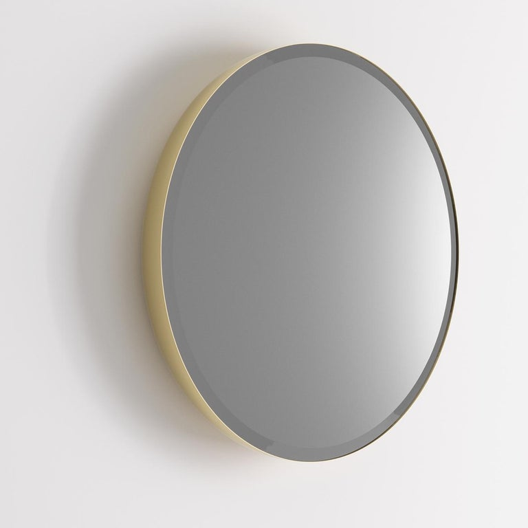 A sophisticated piece that boasts simple, elegant lines and natural finishes, this oval mirror elegantly suits a working environment as well as a home interior. A brass-varnished steel frame (5 cm-thick) supports it and adds a robust, durable