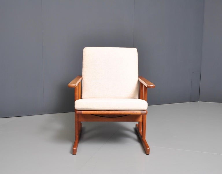 An early oak armchair by Jørgen Baekmark for FDB Møbler. Produced by FDB, circa 1950. Pure minimal Modernism in design with a serious nod to the mission and Arts & Crafts aesthetic. A rare early-midcentury easy chair. Fully reupholstered.