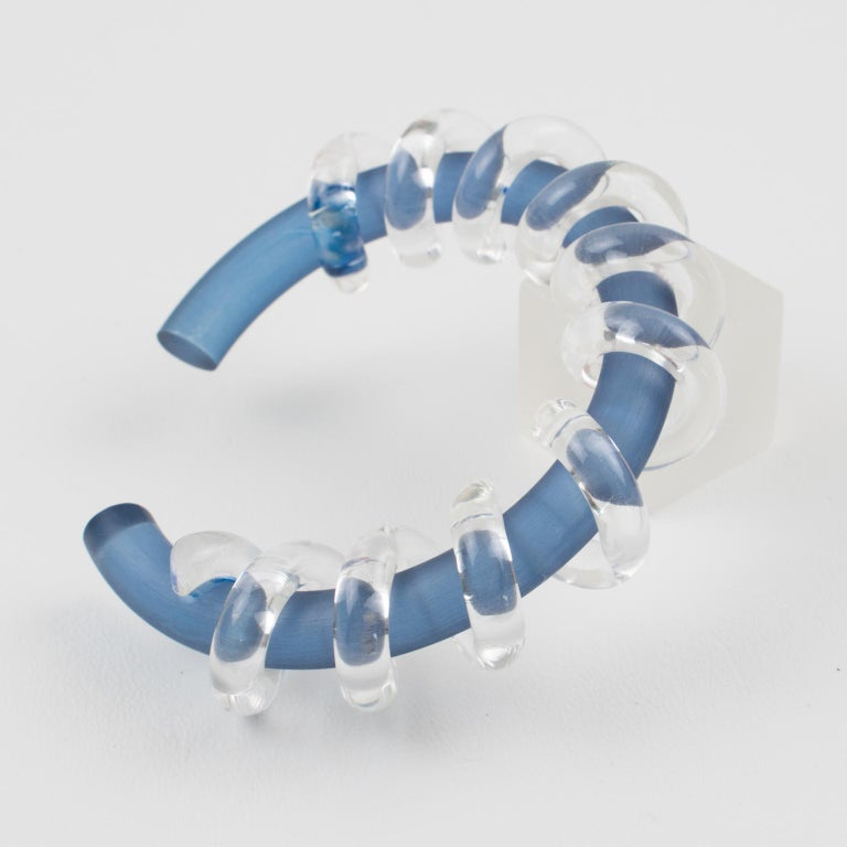 Judith Hendler Clear & Blue Lucite Acrylic Spiral Cuff Bracelet Bangle In Good Condition For Sale In Atlanta, GA
