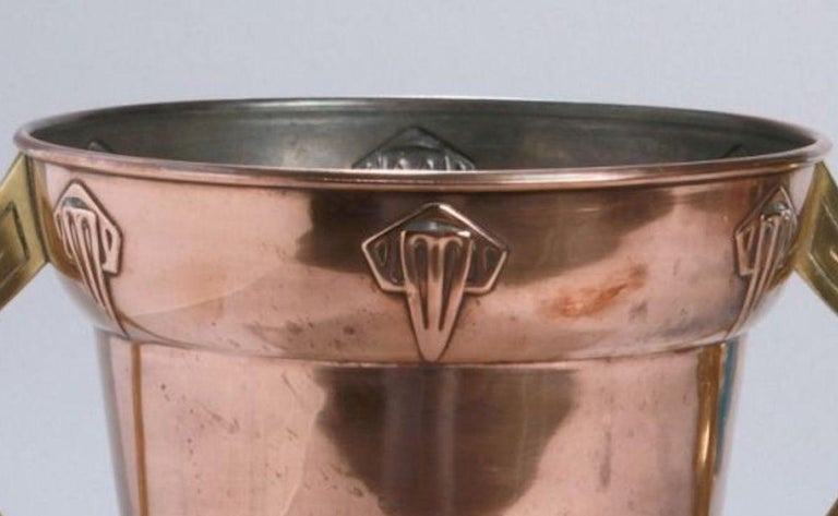 Metal Jugendstil ice container is an original decorative object realized in the first decades of the 20th century.  Made in copper, brass handle, the interior part is made in tin.  Very good conditions.  Beautiful Jugendstil decorative object