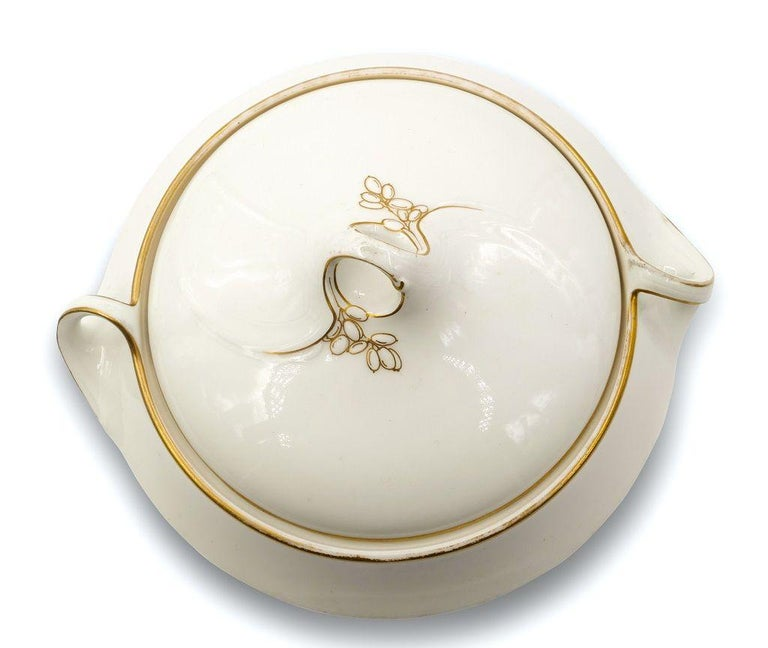 This Jugenstil Tureen is an elegant porcelain two-handles soup bowl with lids, realized circa 1900. 