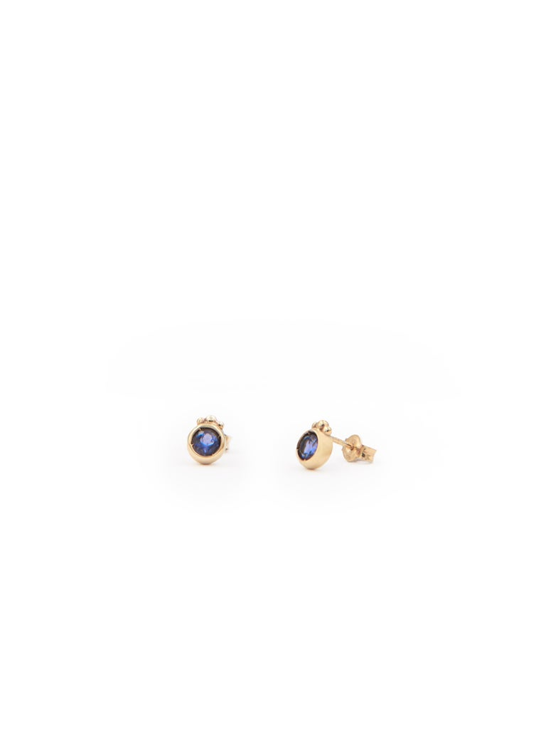 18 karat yellow gold stud earrings set with iolites.    These earrings form part of Julia-Didon Cayre's 'Mezzanotte Milano' collection. All pieces in this collection may be personalized by using your favourite gemstones, birthstone or colour