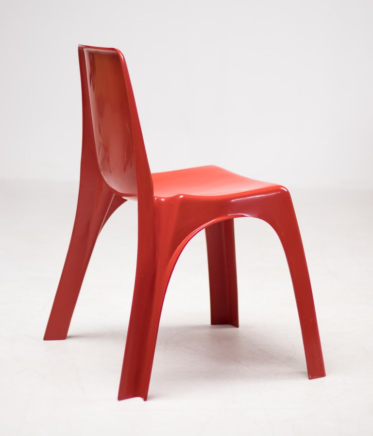 This important chair, designed in 1965 by Giorgina Castiglioni, Giorgio Gaviraghi and Aldo Lanza, is the first ever chair made in the world in a single stackable monocoque, unlike the model 860 designed by Joe Colombo for Kartell in the same