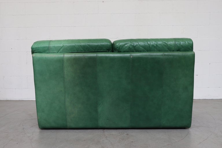 Kelly Green Leather Love Seat Sofa In Good Condition For Sale In Los Angeles, CA