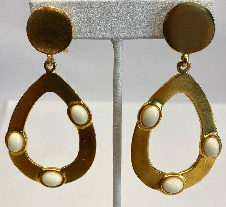 Kenneth Jay Lane 1980s Satin Gold Hoop Pendant earrings In Good Condition For Sale In New York, NY
