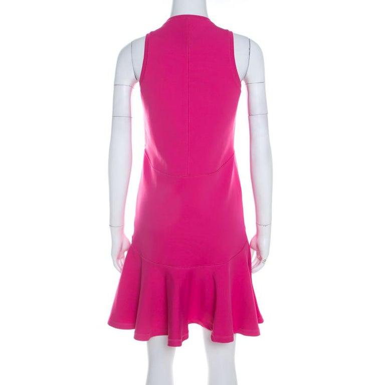 Kenzo has designed this sleeveless dress that is accentuated with gold-tone zipper at the front. The gorgeous shade of pink will brilliantly bring out the best in you. Masterfully crafted in blended fabric, it comes with neoprene drop waist flair