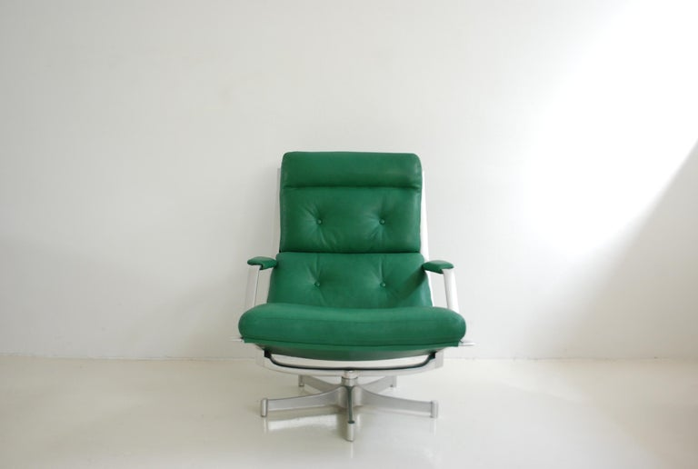 This lounge chair FK 85 was made by Jorgen Kastholm & Preben Fabricius for Kill international. The lounge chair has a swivel aluminium frame and  Kelly green leather. It was new upholstered with premium aniline leather. The aluminium frame has some
