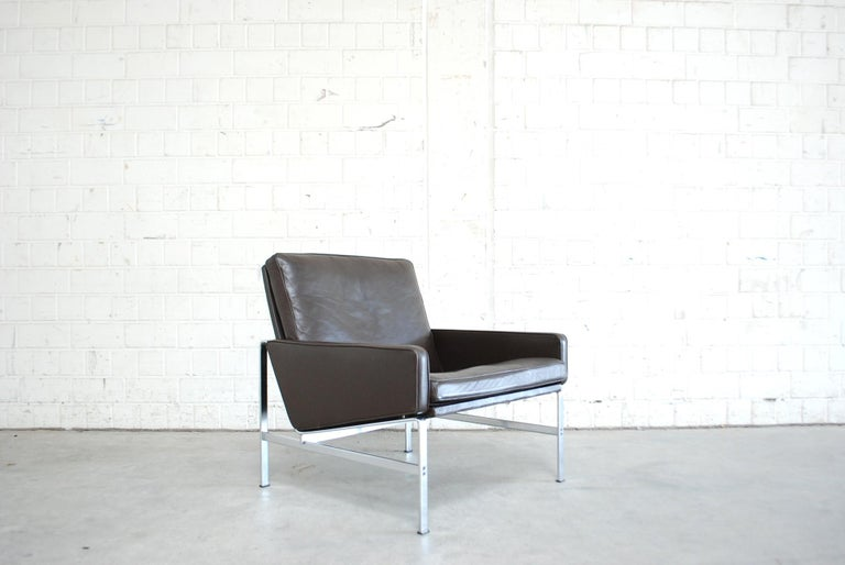 This lounge chair model 6720 was design by Jorgen Kastholm & Preben Fabricius for Kill International. The lounge chair has a chromed steel frame and dark brown aniline leather. Great seating comfort.