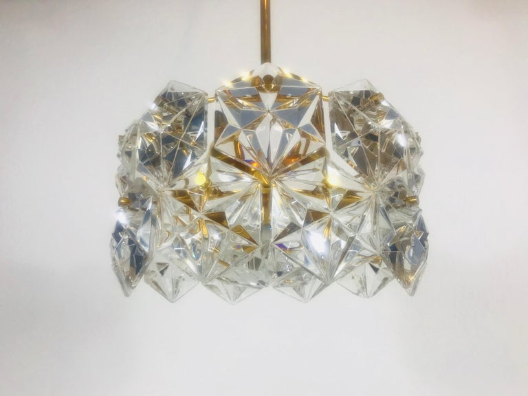 Kinkeldey Midcentury Polished Brass and Crystal Glass Chandelier, circa 1960s In Good Condition For Sale In Mainz, Rhineland-Palatinate