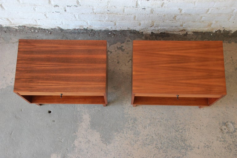 Kipp Stewart for Calvin Mid-Century Modern Walnut Nightstands, Pair In Excellent Condition For Sale In South Bend, IN