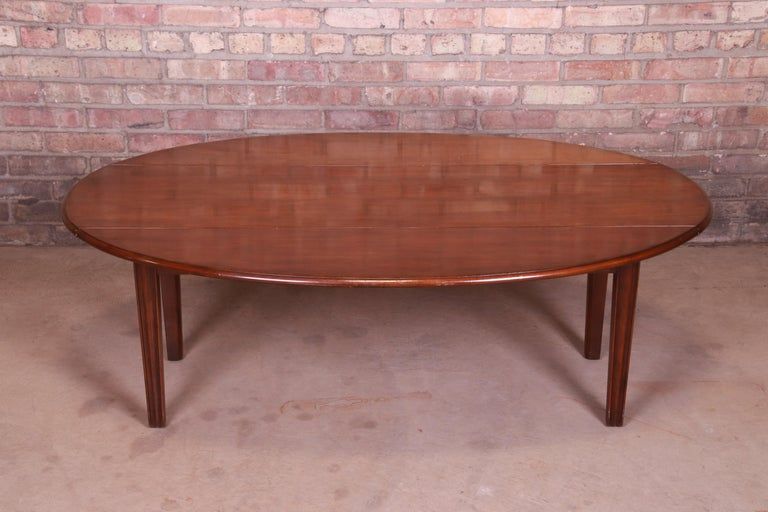 A beautiful American Colonial mahogany drop-leaf coffee table  By Kittinger  USA, mid-20th century  Measures: 54