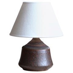 Klase Höganäs, Table Lamp, Brown Glazed Incised Stoneware, Linen, Sweden, 1950s