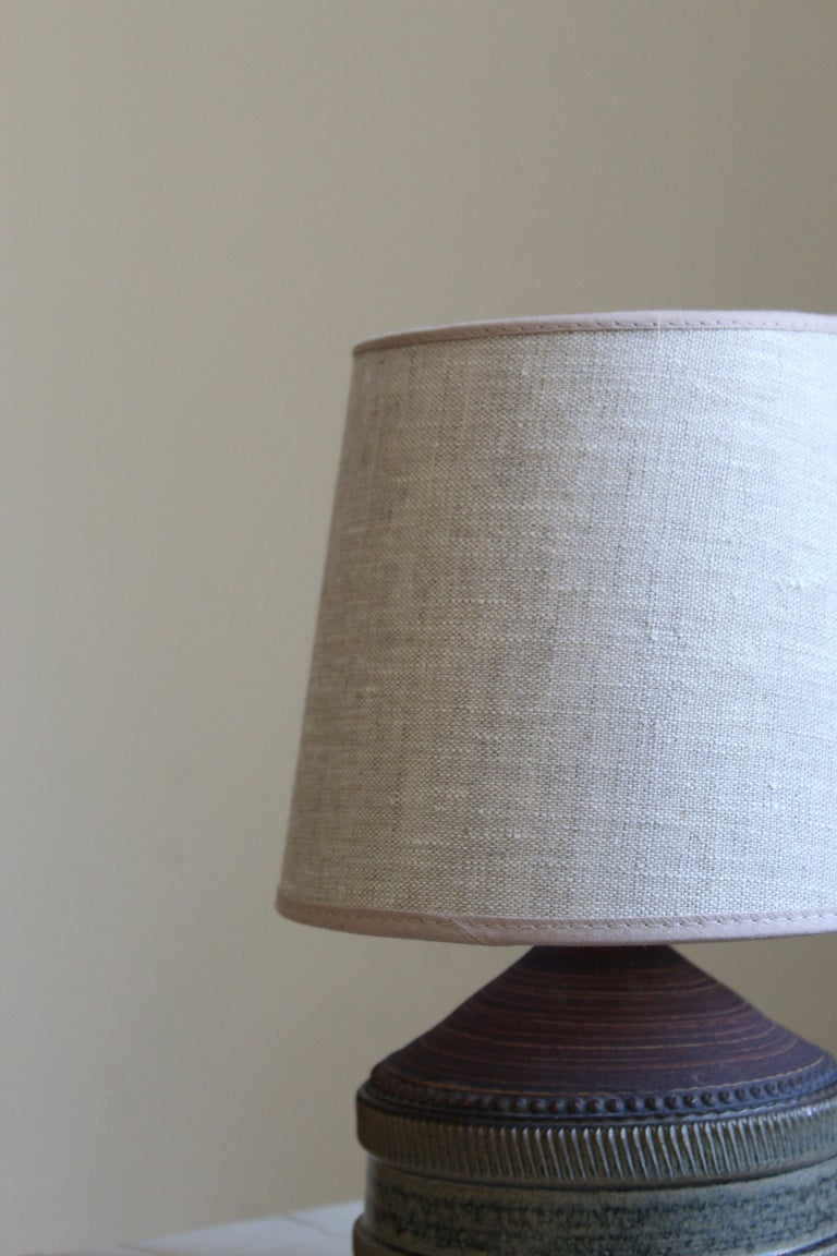 Klase Höganäs, Table Lamp, Stoneware, Linen, Sweden, 1950s In Good Condition For Sale In West Palm Beach, FL