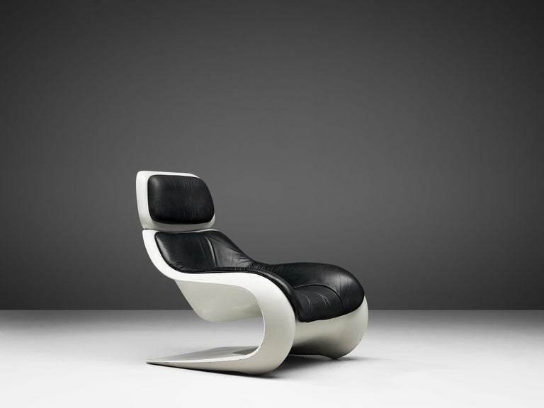 Lounge chair 'Targa', in moulded polyester and leather by Klaus Uredat for Horn Collection, Germany, circa 1971.   Sculptural easy chair by German designer Klaus Uredat. The organic shaped frame is made or molded polyurethane and shows elegant