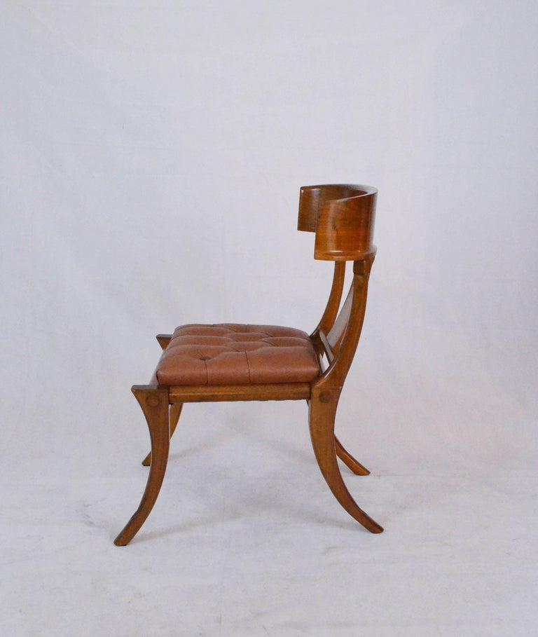 These Italian walnut wood chairs have been realized in Italy. 