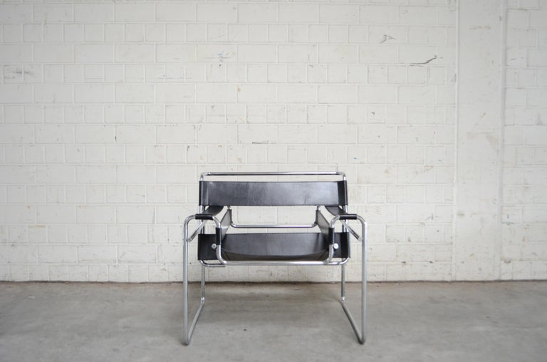 This Wassily chair, in chromed tubular steel and black leather, was designed by Marcel Breuer and produced by Knoll International. This is one of the most Bauhaus Chair and a timeless masterpiece.