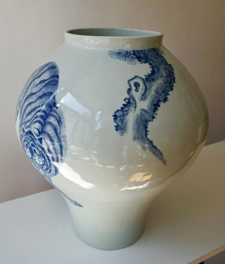 Korean Blue and White Porcelain Vase with Tiger Cat Design In Good Condition For Sale In Antwerp, BE