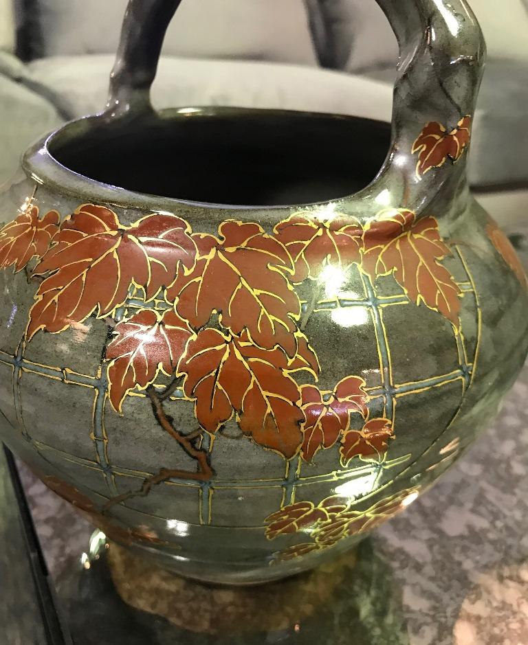 A beautiful handmade handled bowl by well-known Japanese ceramic artist Makuzu Kozan II, son of Makuzu Kozan who was appointed artist to the Japanese Imperial household and was one of the major potters of the Meiji Era. Makuzu Kozan II became his