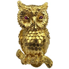 Kurt Wayne 1970 18 Karat Yellow Gold Red Ruby Eye Highly Detailed Owl Brooch