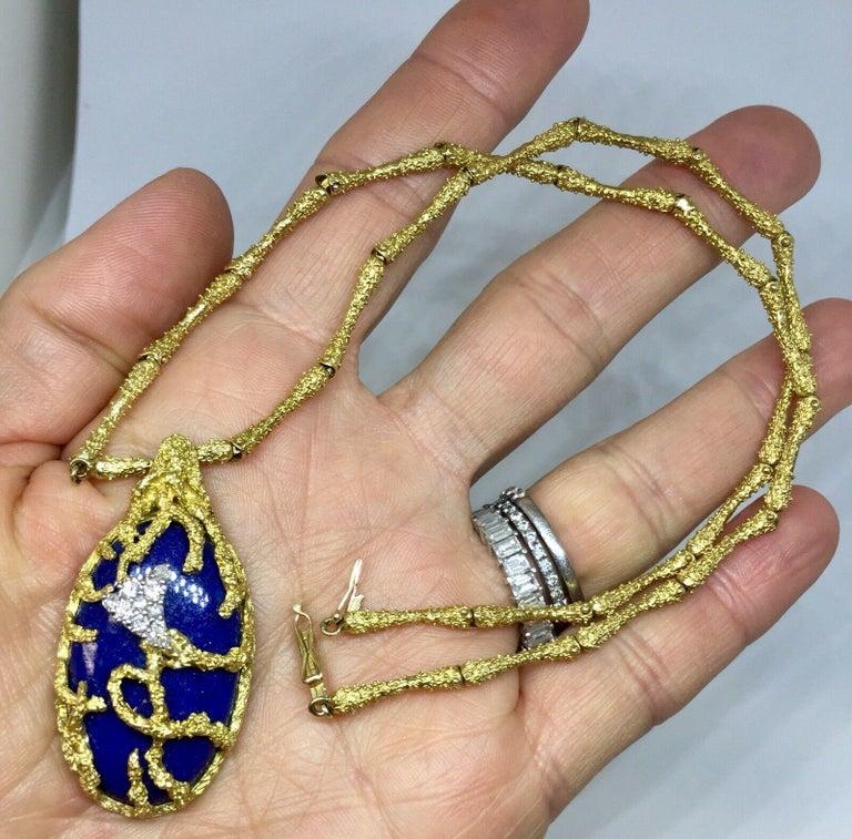 Round Cut La Triomphe 1960s 18 Karat Gold VS Diamond Lapis Lazuli Pendant Necklace For Sale