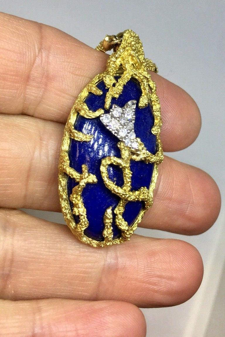 La Triomphe 1960s 18 Karat Gold VS Diamond Lapis Lazuli Pendant Necklace For Sale 3