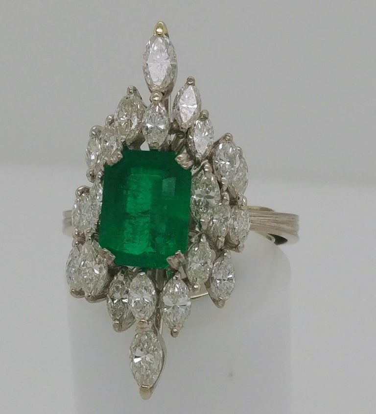 Ladies Emerald and Diamond Cocktail Fashion Statement Ring 18 Karat White Gold In Good Condition For Sale In Dallas, TX