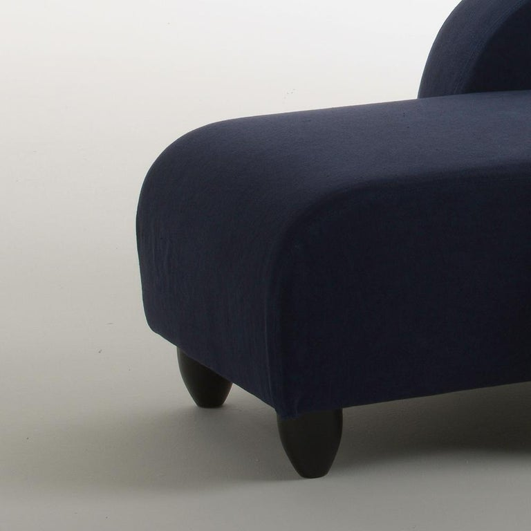 Lalong is a chaise lounge designed by Aldo Cibic with soft lines, upholstered and covered with removable navy blue cotton fabric. It lies on six anthracite-colored lacquered wooden feet. A long and comfortable armchair perfect for reading, working