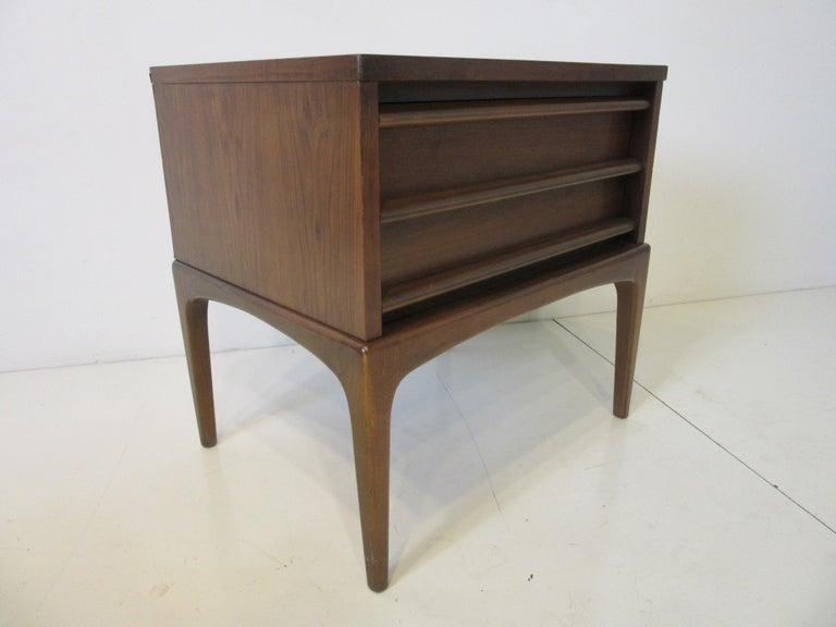 Lane Altavista Walnut Nightstands / End Tables from the Rhythm Collection In Good Condition For Sale In Cincinnati, OH