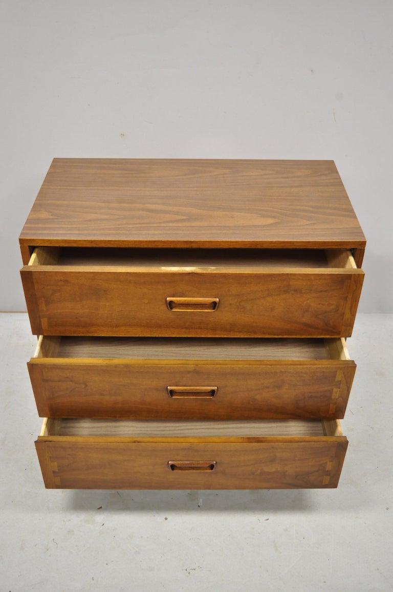 Lane Acclaim Mid-Century Modern Dovetail 3-drawer 32