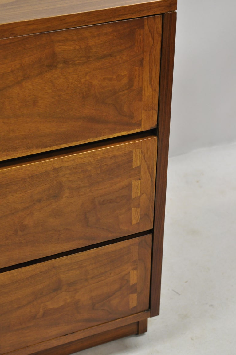 Lane Mid-Century Modern Dovetail 3-Drawer Dresser Chest Bedside Table In Good Condition In Philadelphia, PA