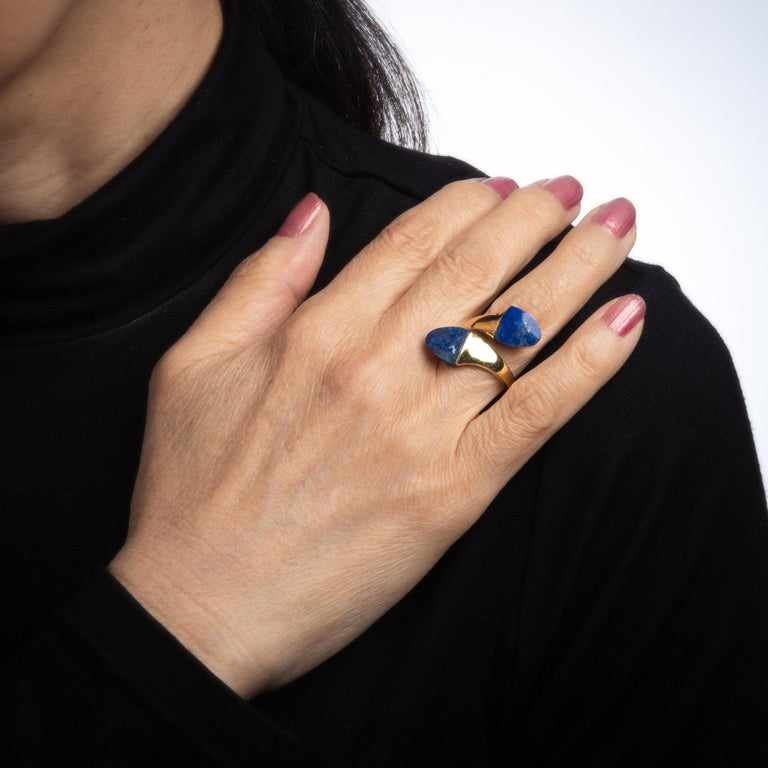 Women's Lapis Lazuli Bypass Ring Vintage 18 Karat Yellow Gold Moi et Toi Estate Jewelry For Sale